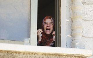 Θρήνος στην κηδεία τεσσάρων μελών της οικογένειας Μοάμερ, συμπεριλαμβανομένου 26χρονου μαχητή της Χαμάς, που σκοτώθηκαν στη διάρκεια των ισραηλινών βομβαρδισμών στην πόλη Ράφα της Λωρίδας της Γάζας.