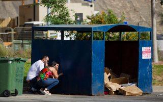 Ισραηλινοί αναζητούν καταφύγιο μετά την προειδοποίηση των σειρήνων ότι επίκειται επίθεση με ρουκέτες.