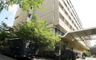 Εντονη είναι η παρουσία ανδρών της Αστυνομίας στον «Ευαγγελισμό», χωρίς ωστόσο να έχει διαταραχθεί η λειτουργία του νοσοκομείου.