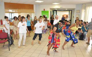 Δοκιμάζοντας εδέσματα που έφτιαξαν οι ίδιοι -μικροί και μεγάλοι- παρασύρονται από χορεύτριες του Mandela Group στους ρυθμούς της Ν. Αφρικής.