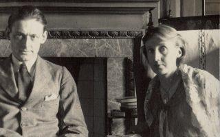 Αριστερά: πορτρέτο Η συγγραφέας με τον Τ.Σ. Ελιοτ. Η φωτογραφία τραβήχτηκε από τη λαίδη Ottline Morell τον Ιούνιο του 1924.