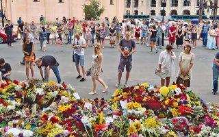 Προσκύνημα στη μνήμη των θυμάτων μπροστά από την πρεσβεία της Ολλανδίας στο Κίεβο. Το Μπόινγκ 777 κατέπεσε σε χωράφια της Ανατολικής Ουκρανίας και παρέσυρε στον θάνατο όλους τους επιβαίνοντες.