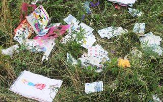 Παιδικές ζωγραφιές και σχολικά τετράδια ανάμεσα στα συντρίμμια - βουβοί μάρτυρες μιας τραγωδίας που εξακολουθεί να αναζητά τους ενόχους της.