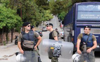 Αστυνομικοί έχουν αποκλείσει την περιοχή γύρω από το σπίτι - κρησφύγετο του συλληφθέντος Ν. Μαζιώτη και της συντρόφου του Πόλας Ρούπα, επί της οδού Υψηλάντου 27, στα σύνορα Πεύκης - Αμαρουσίου.