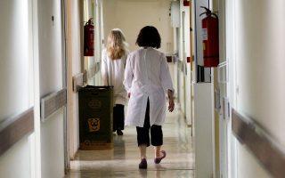 «Εδωσα στον γιατρό, στο τμήμα ΩΡΛ, 400 ευρώ για μία επέμβαση. Αν δεν τα έδινα, θα περίμενα δύο μήνες για το χειρουργείο», γράφει ένας απ' τους ασθενείς στο edosafakelaki.org.
