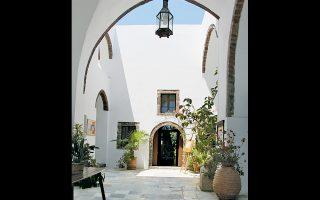 Μέγαρο Γκύζη, το παλιό αρχοντικό του 17ου αιώνος με την ιδιαίτερη αρχιτεκτονική. Είχε κληροδοτηθεί στις αρχές του 20ού αιώνα στην Καθολική Επισκοπή Θήρας.