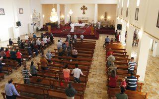 Χριστιανοί του Ιράκ παρακολουθούν τη λειτουργία στην εκκλησία του Αγίου Ιωσήφ στη Βαγδάτη. Ο προκαθήμενος της μεγαλύτερης εκκλησίας της χώρας δήλωσε χθες ότι οι εξτρεμιστές του ISIS που καταδιώκουν τους χριστιανούς από τη Μοσούλη είναι χειρότεροι από τον Τζένγκις Χαν και τον εγγονό του Χουλαγκού που κατέστρεψαν τη μεσαιωνική Βαγδάτη.