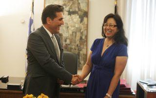 Ο υφυπουργός Παιδείας Αλέξανδρος Δερμεντζόπουλος με την εκπρόσωπο του Ινστιτούτου Κομφούκιος Yang Xiuquin, λίγο μετά την ανακοίνωση ότι από την επόμενη σχολική χρονιά τα Κινεζικά θα διδάσκονται στα Πρότυπα Πειραματικά Γυμνάσια. Το ινστιτούτο θα διαθέσει 21 εθελοντές εκπαιδευτικούς από την Κίνα.