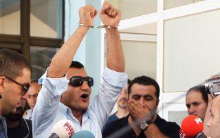 Ο πρώην αντιπρόεδρος της Υπηρεσίας Πληροφοριών στην Αστυνομία της Κωνσταντινούπολης Χαγιάτι Μπασντάγκτ επιδεικνύει τις χειροπέδες του στα τουρκικά ΜΜΕ μετά τη χθεσινή σύλληψή του από τις Αρχές.