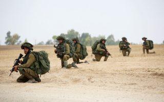 Ισραηλινοί στρατιώτες παίρνουν θέση κοντά στα σύνορα Ισραήλ - Γάζας. Καθώς ο απολογισμός των ανθρώπινων απωλειών από τις επιχειρήσεις μεγαλώνει, εντείνονται οι διπλωματικές προσπάθειες για κατάπαυση του πυρός.