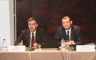 Από την παρουσίαση της έκθεσης, ο γενικός διευθυντής του ΙΟΒΕ καθηγητής Νίκος Βέττας και ο επιστημονικός συνεργάτης του Ιδρύματος Αγγελος Τσακανίκας.