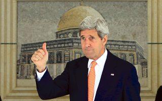 Ο Αμερικανός υπουργός Εξωτερικών Τζον Κέρι καταφθάνει στη Ραμάλα για συζητήσεις με τον Παλαιστίνιο πρόεδρο Αμπάς. Η χειρονομία της αισιοδοξίας αντιπαραβάλλεται με την ανήσυχη έκφραση του προσώπου του.