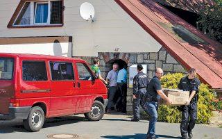 Η Αστυνομία μεταφέρει υλικό από το σπίτι στο οποίο στεγαζόταν το αρχηγείο της ακροδεξιάς ομάδας, στο Ρεγκνιτσκλοζάου, στη βόρεια Βαυαρία.