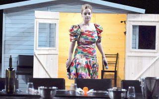 Η Λένα Κιτσοπούλου δεν σκηνοθετεί μόνο. Εχει πάντα ένα πέρασμα κι ένα λοξό ρόλο στις παραστάσεις που σκηνοθετεί. Εδώ από το πέρασμά της στον «Ματωμένο γάμο», σε ρόλο αφηγητή-κονφερασιέ.