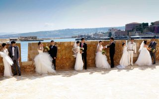 Φωτογράφιση ζευγαριών από την Κίνα που παντρεύτηκαν ομαδικά τον περασμένο Απρίλιο στα Χανιά.