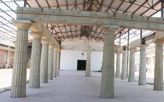 Η αναπαράσταση του αρχαίου ναού δεν φαίνεται όταν μπαίνεις στο «Σχολείον» της οδού Πειραιώς. Είναι στο πίσω μέρος ενός τεράστιου χώρου.