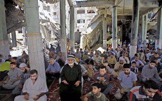 Παλαιστίνιοι προσεύχονται την περασμένη Παρασκευή στο μισοκατεστραμμένο από τους ισραηλινούς βομβαρδισμούς τζαμί Αλ Φαρούκ, στη Ράφα.