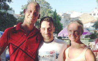 Εθελοντής του προγράμματος του Δήμου Αθηναίων επί το έργον στο κέντρο της Αθήνας, συνοδεύοντας ξένους επισκέπτες στο κέντρο της πρωτεύουσας.