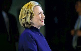 Η Χίλαρι Κλίντον σε πρόσφατη ομιλία της στο Οκλαντ της Καλιφόρνιας. Η ιδιότυπη σύμπλευσή της με μερίδα των νεοσυντηρητικών σε θέματα εξωτερικής πολιτικής έχει προκαλέσει αντιδράσεις στο ίδιο της το κόμμα.