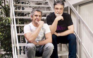 Οι δύο ιδρυτές του Φεστιβάλ Νάξου, Μάριος Βαζαίος, ιδιοκτήτης του Πύργου (αριστερά), και ο Μάριος Κρασανάκης, ψύχιατρος, δραματοθεραπευτής και καλλιτεχνικός διευθυντής του Φεστιβάλ (φωτ.: Νίκος Κοκκαλιάς).