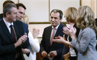 Υπουργοί χειροκροτούν τον Βούλγαρο πρωθυπουργό Πλάμεν Ορεσάρσκι μετά την ομιλία παραίτησης στη Βουλή.
