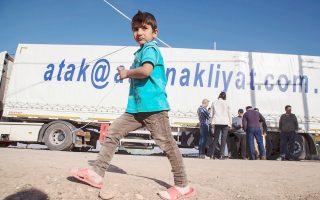 Τουρκικά φορτηγά μεταφέρουν ανθρωπιστική βοήθεια σε Σύρους πρόσφυγες στο βόρειο Ιράκ. Χωρίς τα χιλιάδες φορτηγά που περνούν κάθε μέρα, το Κουρδιστάν δεν θα είχε να φάει. Και δεν θα είχε και πού να διοχετεύσει το πετρέλαιό του, καθώς το μεγαλύτερο μέρος της μεταφοράς προς την Τουρκία γίνεται με φορτηγά.