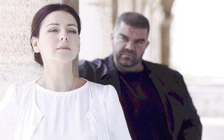 Η Αλεξία Βουλγαρίδη και ο Δημήτρης Πλατανιάς σε μια σκηνή από τον «Οθέλλο» της ΕΛΣ.