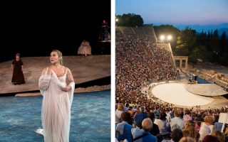 Αριστερά, πανοραμική άποψη του σκηνικού με τη Φαίδρα (Λυδία Κονιόρδου) σε πρώτο πλάνο. Δεξιά, η σχεδόν γεμάτη στην παράσταση του Σαββάτου Επίδαυρος λίγο πριν ξεκινήσει ο «Ιππόλυτος».