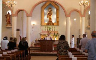 Χριστιανοί προσεύχονται στην εκκλησία της Παναγίας των Χαλδαίων στη Βαγδάτη. Χιλιάδες ομόθρησκοί τους έχουν εγκαταλείψει τη Μοσούλη και άλλες πόλεις.