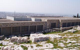Οψεις του παλαιού Μουσείου της Ακρόπολης πάνω στον Ιερό Βράχο. Σήμερα υπάρχει μία σοβαρή πρόταση για τη νέα λειτουργία του ως χώρου στέγασης εργαστηρίων συντήρησης.