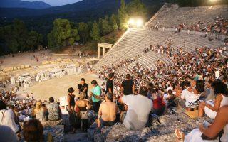 Θεατές έχουν πάρει τις θέσεις τους στο αρχαίο θέατρο της Επιδαύρου.