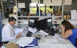 Το υπουργείο Οικονομικών επαναφέρει τη γραφειοκρατία αναγκάζοντας τις επιχειρήσεις να πηγαίνουν στις εφορίες και να υποβάλλουν χειρόγραφο αίτημα για την επιστροφή του φόρου εισοδήματος.