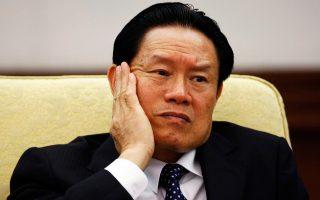 Σοκ στην κινεζική πολιτική ελίτ έχει προκαλέσει η έρευνα εις βάρος του πρώην υπουργού Δημόσιας Ασφάλειας της χώρας, Ζου Γιονγκάνγκ (φωτογραφία), ο οποίος κατηγορείται για σκάνδαλο διαφθοράς. Οι Αρχές κατάσχεσαν περιουσιακά στοιχεία αξίας 14,5 δισ. δολαρίων από μέλη της οικογένειάς του και στενούς συνεργάτες του. Αλλοτε μέλος του πανίσχυρου Πολιτικού Γραφείου του Κομμουνιστικού Κόμματος Κίνας, ο κ. Ζου είναι ο υψηλότερα ιστάμενος αξιωματούχος που διώκεται για διαφθορά στην ιστορία του κόμματος. Πάνω από 300 συγγενείς, πολιτικοί σύμμαχοι, προστατευόμενοι και υπάλληλοί του έχουν ανακριθεί τους τελευταίους τέσσερις μήνες.