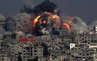 Η σκηνή αυτή, από την Τούφα της ανατολικής περιοχής της Λωρίδας της Γάζας, επαναλήφθηκε με τρομακτική σφοδρότητα χθες σε πολλά σημεία της Γάζας, στους αγριότερους βομβαρδισμούς από την έναρξη των ισραηλινών επιχειρήσεων, πριν από 22 ημέρες. Στον μακρύ κατάλογο των νεκρών προσετέθησαν άλλα 100 παλαιστινιακά ονόματα, ενώ οι ανθρωπιστικές επιπτώσεις των χθεσινών επιχειρήσεων θα γίνουν αισθητές για μεγάλο χρονικό διάστημα, καθώς το Ισραήλ βομβάρδισε τις δεξαμενές πετρελαίου του μοναδικού εργοστασίου ηλεκτροπαραγωγής, καταστρέφοντάς το. Ο πόλεμος στη Γάζα έδωσε νέα ώθηση στο κίνημα για μποϊκοτάζ του Ισραήλ.
