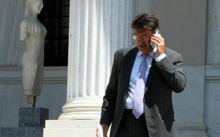 Στο πλαίσιο της ενίσχυσης της ρευστότητας ο ΣΕΒ πρότεινε ακόμη να διαπραγματευθεί η ελληνική κυβέρνηση τον περιορισμό της απομείωσης της αξίας των ομολόγων που επιβάλλει η ΕΚΤ ως ενέχυρο. Στη φωτογραφία ο πρόεδρος του ΣΕΒ Θ. Φέσσας ενώ εξέρχεται του Μεγάρου Μαξίμου.