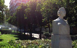 Η προτομή της Λέλας Καραγιάννη έλαμπε χθες το πρωί στην οδό Τοσίτσα. Είναι έργο της γλύπτριας Λουκίας Γεωργαντή (1963).