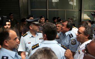 Οι ένστολοι εξετάζουν όλα τα ένδικα μέσα που τους παρέχει ο νόμος προκειμένου να εφαρμοστεί η δικαστική απόφαση και να επιστρέψουν στις αποδοχές που λάμβαναν τον Αύγουστο του 2012.