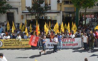 Εξω από τα δικαστήρια της Πάτρας αλλοδαποί εργάτες γης και Ελληνες αλληλέγγυοι πραγματοποιούσαν συχνά συγκεντρώσεις συμπαράστασης προς τους μάρτυρες κατηγορίας, ζητώντας την τιμωρία των κατηγορουμένων.