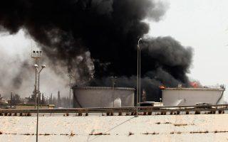 Σύννεφα καπνού και χθες από τη φλεγόμενη δεξαμενή πετρελαίου κοντά στο αεροδρόμιο.