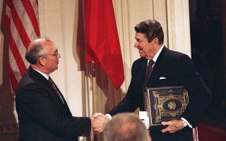 Οι ηγέτες των ΗΠΑ και της ΕΣΣΔ, Ρόναλντ Ρέιγκαν και Μιχαήλ Γκορμπατσόφ, μετά την υπογραφή της Συνθήκης για τις Πυρηνικές Δυνάμεις Μέσου Βεληνεκούς, το 1987. Οι ΗΠΑ υποστήριξαν ότι η Μόσχα παραβίασε τη συνθήκη.