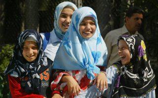 Γελαστά κορίτσια σε πάρκο της Κωνσταντινούπολης. Κατά τον κυβερνητικό εκπρόσωπο Μπουλέντ Αρίντς, δεν είναι ηθικό να χαμογελούν δημοσίως.