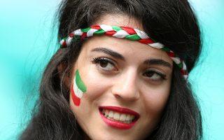 Κι όμως δεν είναι Ιταλίδα... Η οπαδός από το Ιράν ενώ παρακολουθεί τον αγώνα ανάμεσα σε Βοσνία-Ερζεγοβίνη και Ιράν.