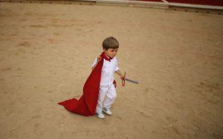 Ένας ταυρομάχος λιγότερος. Με το στόμα του στραβό από το παράπονο, ο μικρός της φωτογραφίας αποχωρεί από το μάθημα στην αρένα που έδωσε ο ταυρομάχος Alejandro Talavante στο πλαίσιο του φεστιβάλ San Fermin. (AP Photo/Andres Kudacki)