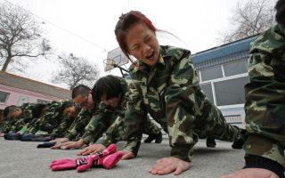 Κολλημένοι με το  Ίντερνετ. Με ένα καινούργιο πρόβλημα έρχονται αντιμέτωποι οι γονείς στην Κίνα. Την όλο και μεγαλύτερη ενασχόληση των παιδιών τους με το Ίντερνετ. Ώρες ολόκληρες στο Διαδίκτυο με τους περισσότερους να κολλούν σε ηλεκτρονικά παιχνίδια. Η λύση είναι  τα κέντρα εκπαίδευσης όπως το εικονιζόμενο, όπου τα παιδιά εκπαιδεύονται με στρατιωτικό στυλ και πειθαρχία. Αξίζει να σημειωθεί τα συγκεκριμένα στρατιωτικού τύπου  κέντρα στην Κίνα είναι αυτή την στιγμή τουλάχιστον 250. REUTERS/Kim Kyung-Hoon