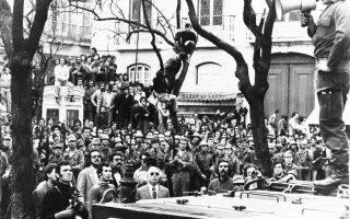 Πορτογάλος στρατιώτης του Κινήματος Ενόπλων Δυνάμεων απευθύνεται προς το πλήθος που έχει συγκεντρωθεί έξω από το Γενικό Επιτελείο της Εθνοφρουράς, στο Λάργκου ντου Κάρμου, το μεσημέρι της 25ης Απριλίου 1974, όπου έχει καταφύγει ο δικτάτορας Καετάνο.