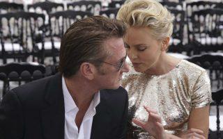 Δεν θα βρεθούν πολλές γυναίκες να πουν τον Sean Penn ωραίο. Όμως οι περισσότερες θα συμφωνήσουν ότι πρόκειται για έναν πολύ γοητευτικό άνδρα. Ότι και αν νομίζετε, ο Αμερικανός ηθοποιός είχε πάντα σχέση με πολύ όμορφες γυναίκες και η σήμερινή του σύντροφος, το πρώην μοντέλο και βραβευμένη ηθοποιός, Charlize Theron, το  αποδεικνύει. Οι δυο τους βρεθήκαν στην πρώτη σειρά της επίδειξης του οίκου Christian Dior στο Παρίσι. REUTERS/Philippe Wojaz