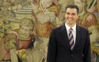 Ο Γενικός Γραμματέας. Με τις νόμιμες διαδικασίες που προβλέπει το καταστατικό του κόμματος των Σοσιαλιστών (PSOE) στην Ισπανία, εκλέχτηκε πριν από λίγες μέρες ο νέος Γενικός Γραμματέας. H είδηση  πέρασε στα ψιλά στα ελληνικά μέσα ενημέρωσης και ορθώς ίσως,  μιας και δεν μας αφορά άμεσα, αλλά καθότι ο Pedro Sanchez έχει εμφάνιση μοντέλου ή τουλάχιστον γόη του σινεμά, ιδού.   AFP PHOTO / GERARD JULIEN