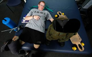 24 Φεβρουαρίου 2014. Ο Matt Krumwiede προετοιμάζεται να φορέσει τα προσθετικά πόδια και να εκτελέσει τις απαραίτητες ασκήσεις ώστε να περπατήσει ξανά στο Ιατρικό Κέντρο στο Τέξας.