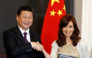«Η σημερινή ημέρα είναι αξιομνημόνευτη για τις σχέσεις των δύο χωρών», δήλωσε το Σάββατο η πρόεδρος της Αργεντινής, Κριστίνα Κίρχνερ, μετά τη συνάντησή της με τον Κινέζο ομόλογό της Σι Τζινπίνγκ. Ο δανεισμός 5,5 δισ. ευρώ τη στιγμή που η Αργεντινή δεν μπορεί να δανειστεί χρήματα από τις αγορές, και μάλιστα απειλείται με νέα χρεοκοπία στις 30 Ιουλίου, αναμφίβολα αποτελεί σημαντική εξέλιξη.