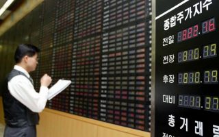 A South Korean stock investor checks his stock price at a stock market in Seoul on Tuesday 16 December 2003. The Seoul stock market closed at its highest level in more than 18 months on Monday,  as the capture of Saddam Hussein buoyed investors to purchase equities while advances in Asian markets also lifted investor sentiment.  EPA/YUN SUK-BONG